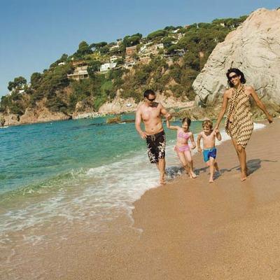 Familia caminando por la playa de Lloret de Mar (Ajuntament de Lloret de Mar)