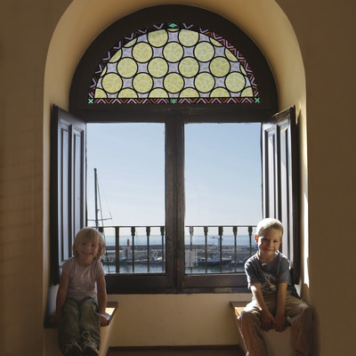 Niños en la torre del Puerto de Cambrils