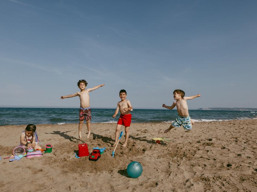 Nens i nenes jugant a la sorra de la platja de Sant Pere Pescador (Ajuntament de Sant Pere Pescador)