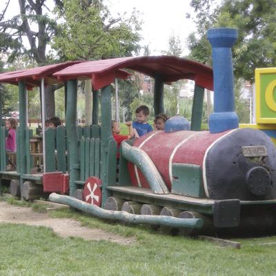 Nens jugant en el parc de Francesc Macià del municipi de Malgrat de Mar (Ajuntament de Malgrat de Mar)