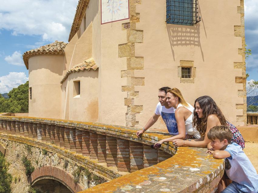 Família davant de l'ermita de Sant Elm de Sant Feliu de Guíxols (Ajuntament de Sant Feliu de Guíxols)