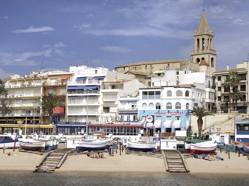Embarcaciones en la playa e iglesia de Santa Maria  (Miguel Angel Alvarez)