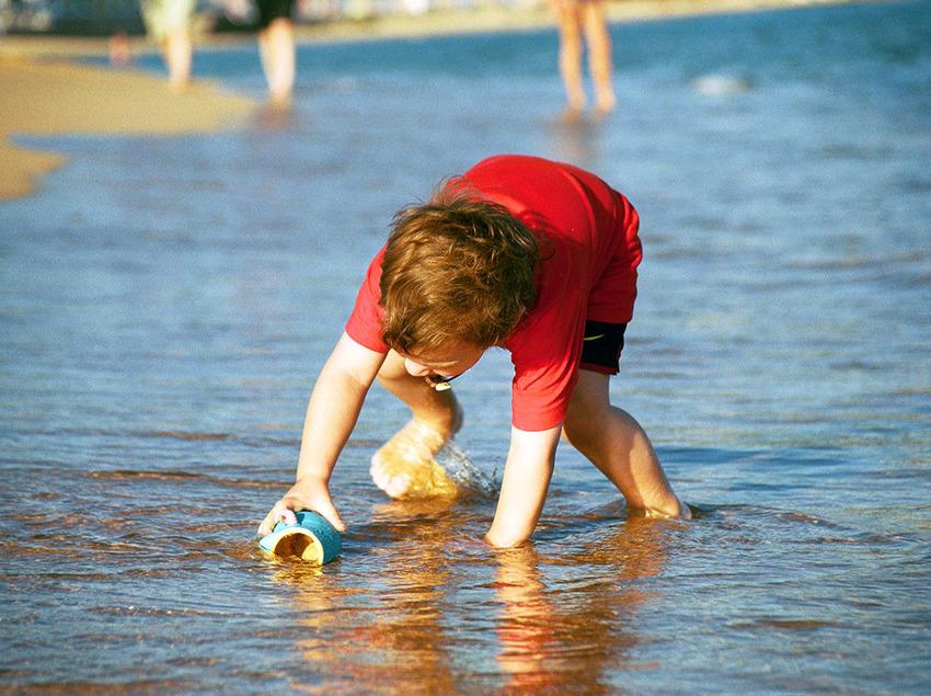 Niño jugando en la arena de la playa de Sant Pol. Sant Feliu de Guíxols (Jordi Ferrando)