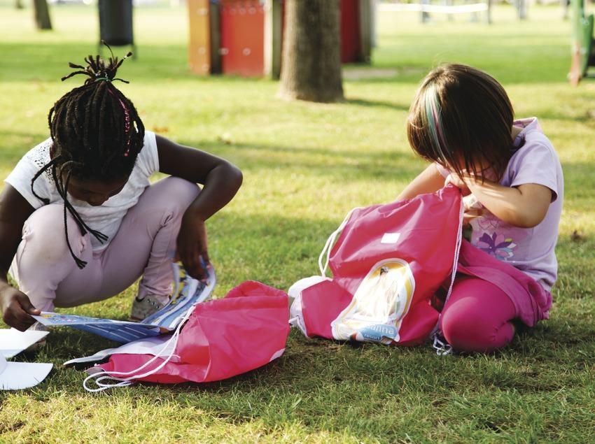 Dues nenes jugant en un parc de Santa Susanna (Ajuntament de Santa Susanna)