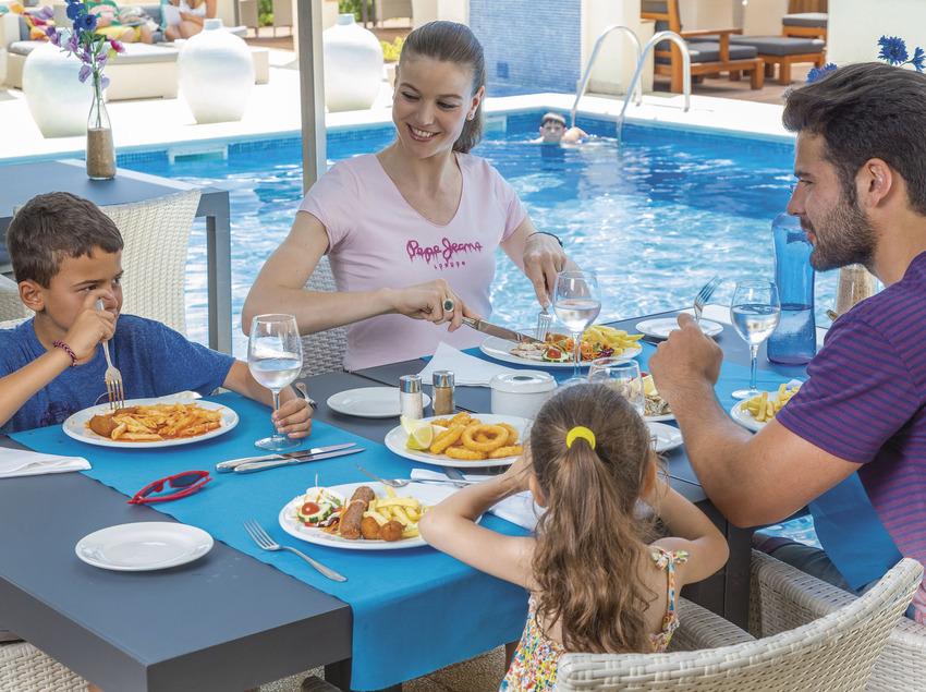 Família menjant al costat d'una piscina de Sant Feliu de Guíxols (Ajuntament de Sant Feliu de Guíxols)