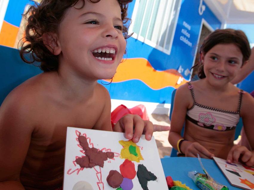 Dues nenes en el mini club-biblioplatja a Lloret de Mar