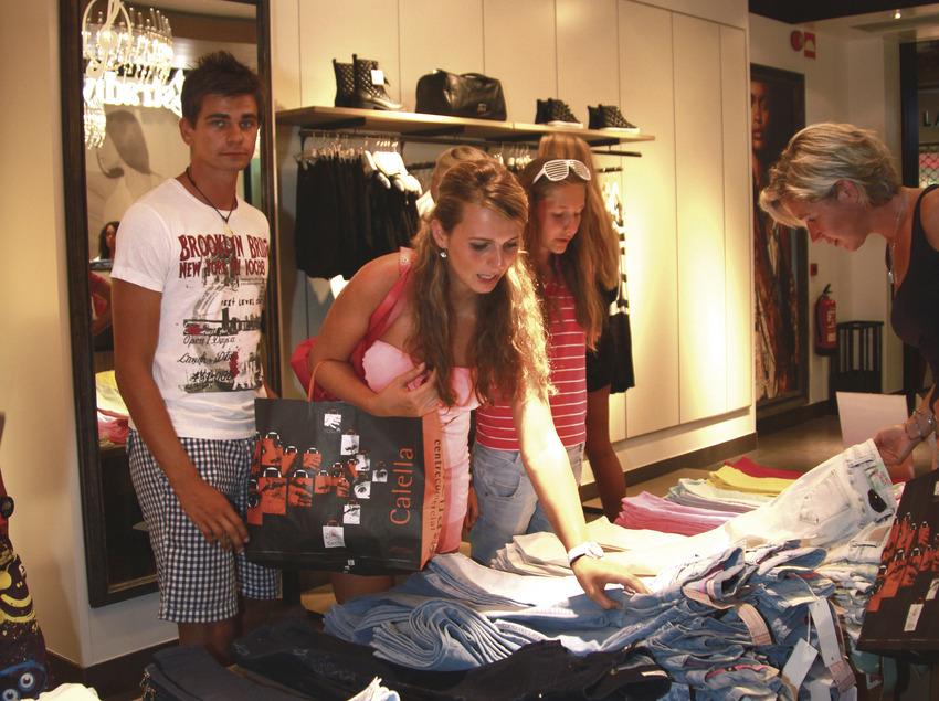 Gent en una botiga de roba de Calella (Ajuntament de Calella)