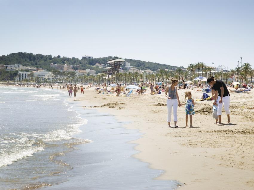 Famílies a la platja la Pineda del municipi de Vila-seca (Ajuntament de Vila-seca)