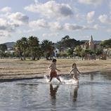 Niños entrando en el agua del riuet de Coma-ruga (Joan Capdevila)