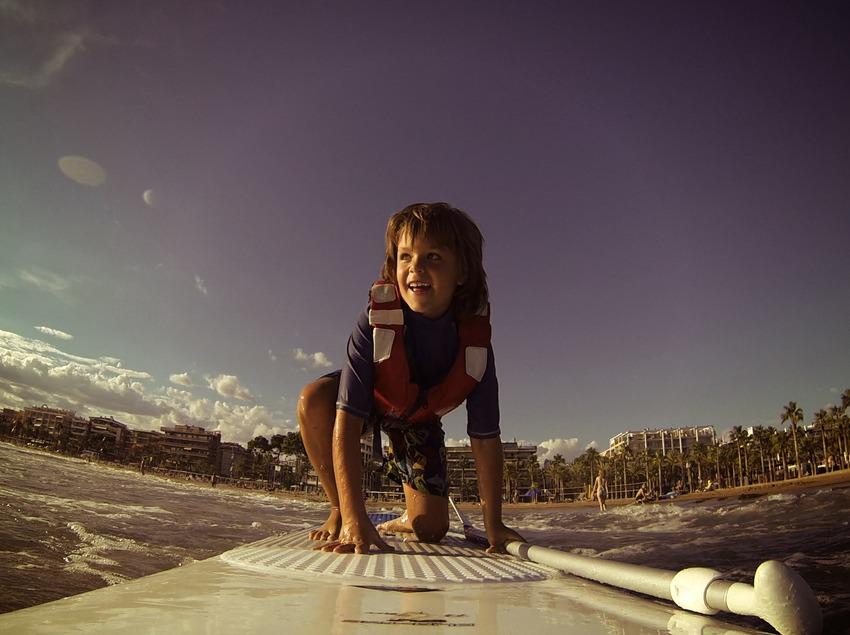 Nen fent paddle surf a la platja de Salou (Ajuntament de Salou)