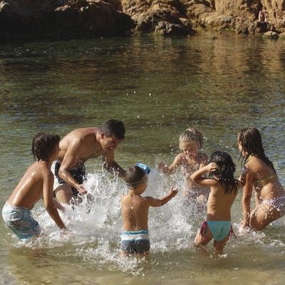 Nens jugant a l'aigua a la platja de Calonge (Ajuntament de Calonge)
