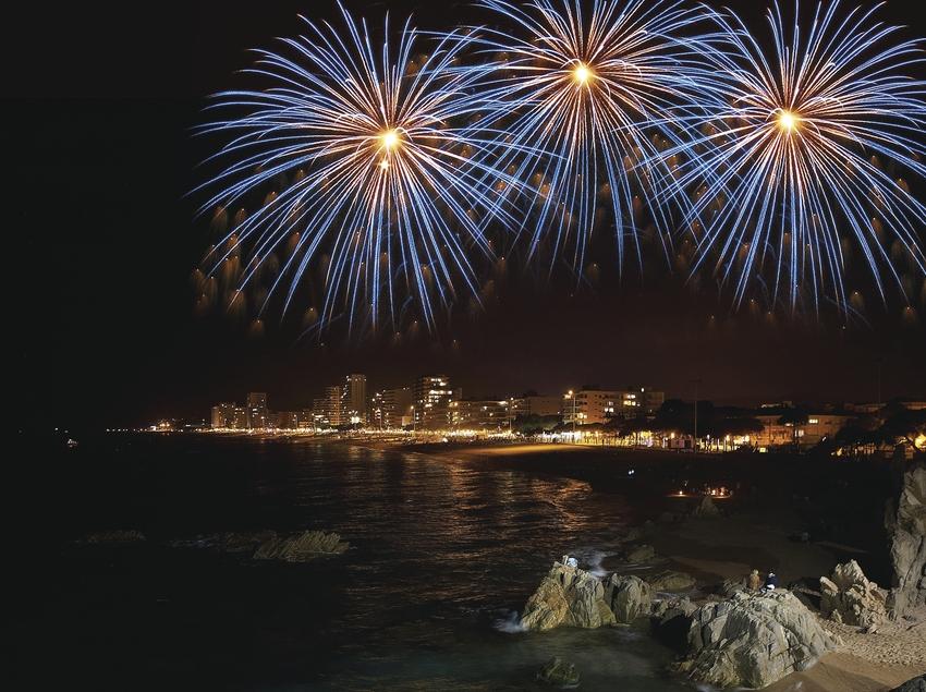 Fuegos artificiales en la playa de Platja d'Aro (Ajuntament de Castell-Platja d'Aro)
