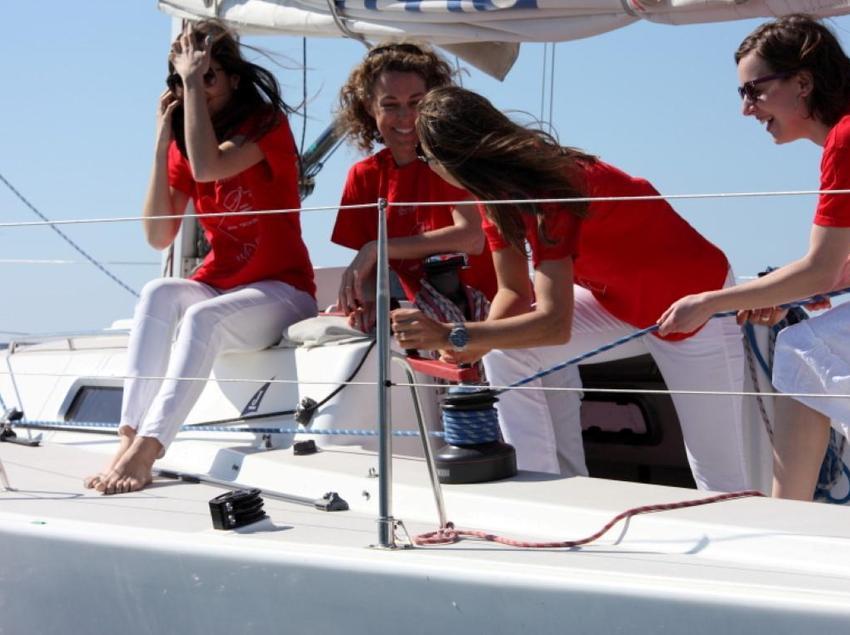 Mujeres con camiseta roja en una embarcación de vela. (Business Yachtclub Barcelona)