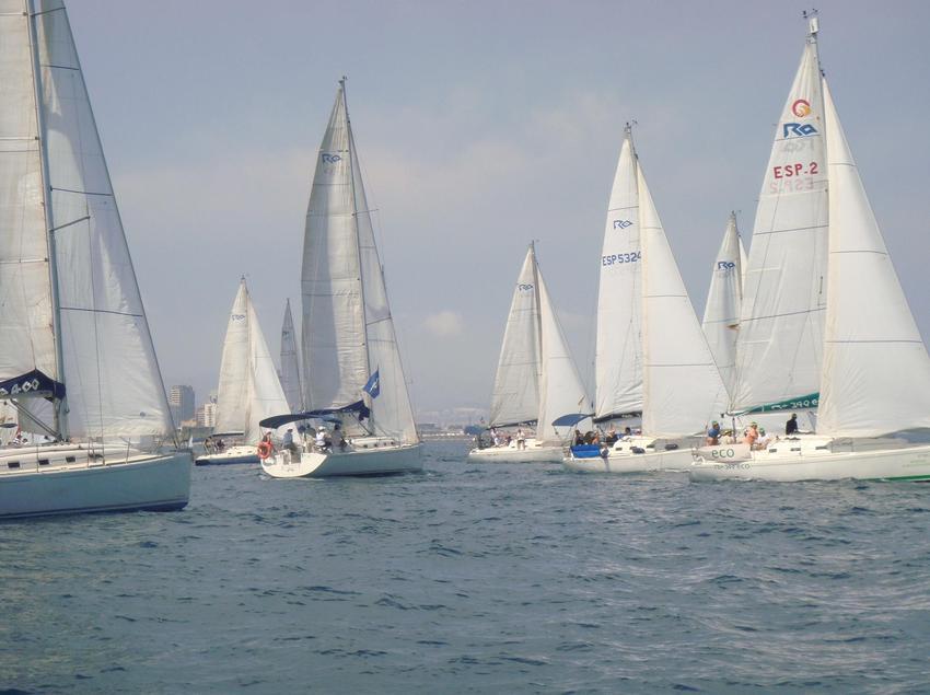 Embarcaciones de vela en el mar con a costa al fondo. (Business Yachtclub Barcelona)