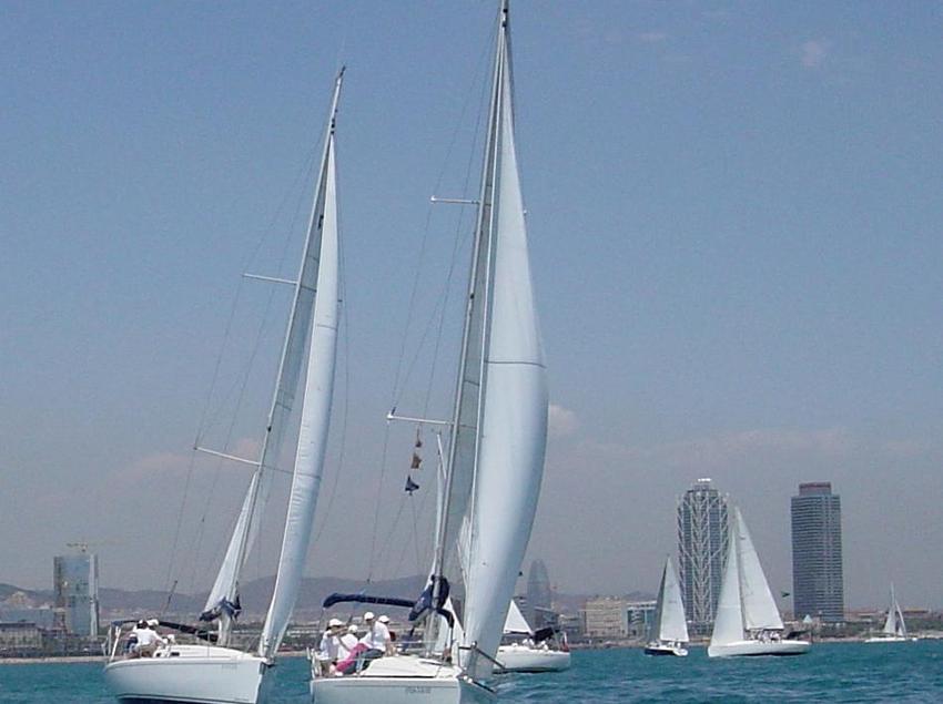 Embarcaciones de vela navegando en la costa de Barcelona. (Business Yachtclub Barcelona)
