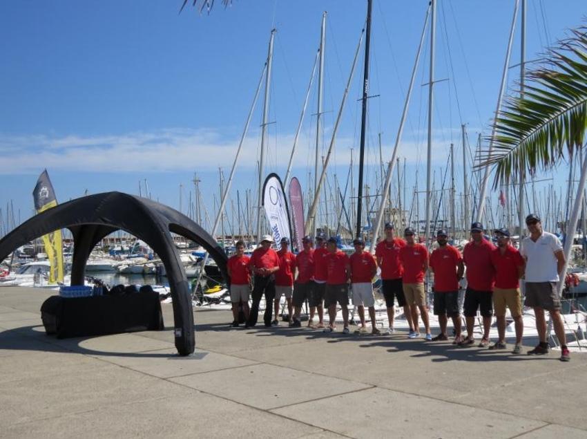 Grupo de navegación con camiseta roja en el puerto de Barcelona. (Business Yachtclub Barcelona)
