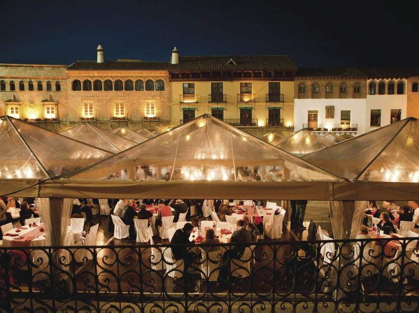 Banquet nocturn en una plaça. (Cook Acontecimientos Gastronómicos)