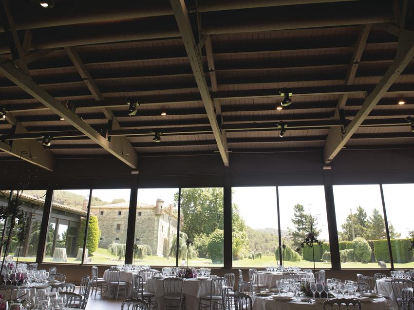Espacio de comedor con grandes ventanales.