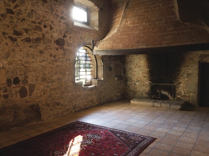Sala amb llar de foc.