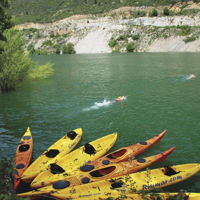 Kayaks en la orilla de un pantano. (Gourmet Hotels / Sender Hotels)