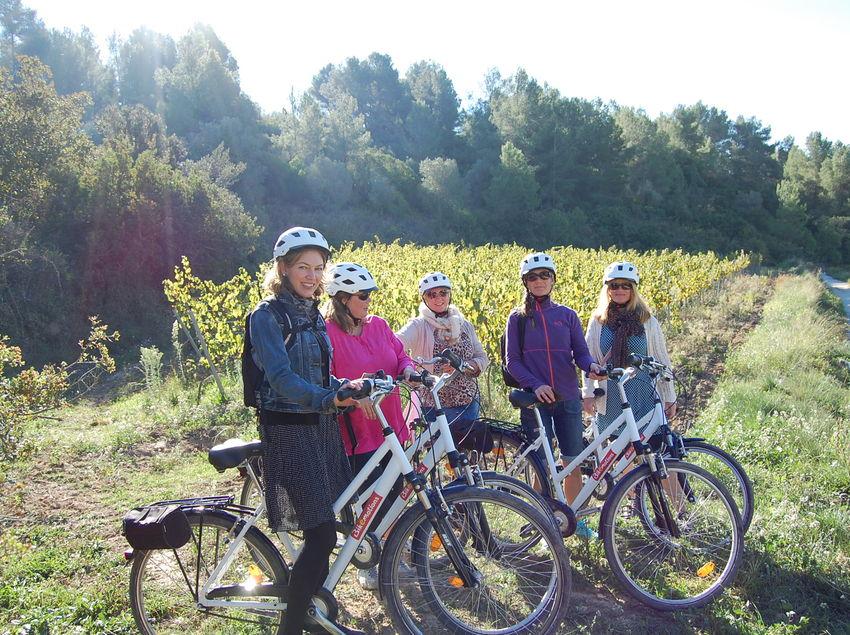 Grup amb bicicletes al al vora d'un camí. (Bikemotions)