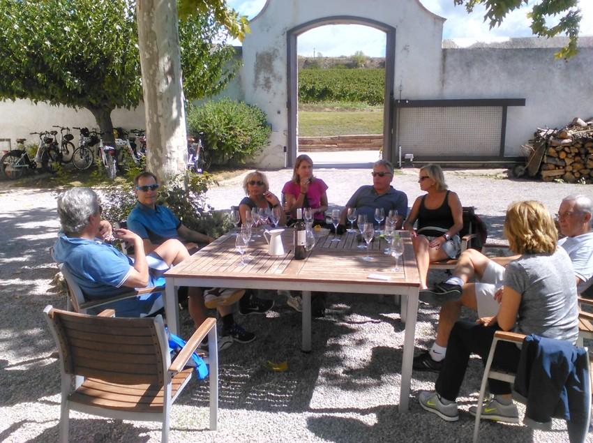 Grup descansant a l'exterior entorn a una taula. (Bikemotions)