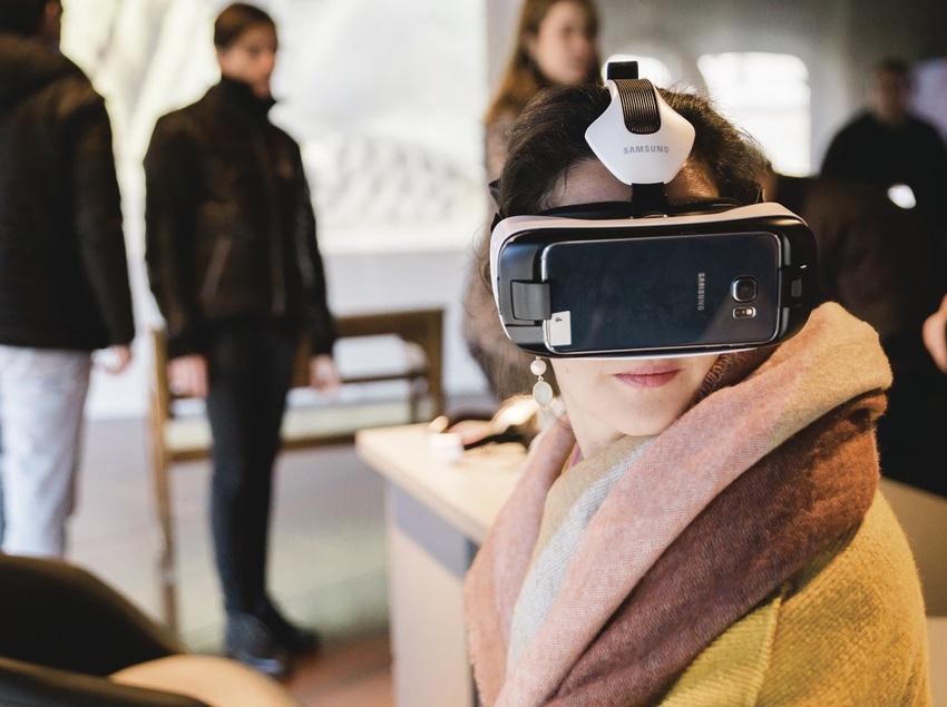 Chica con equipamiento tecnológico de realidad aumentada. (The Gaudí Exhibition Center)