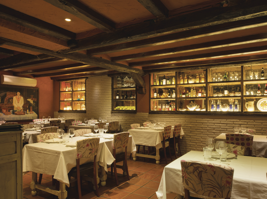 Menjador del restaurant El Yantar de la Ribera amb vitrines a la paret. (YT Serveis Comercials)
