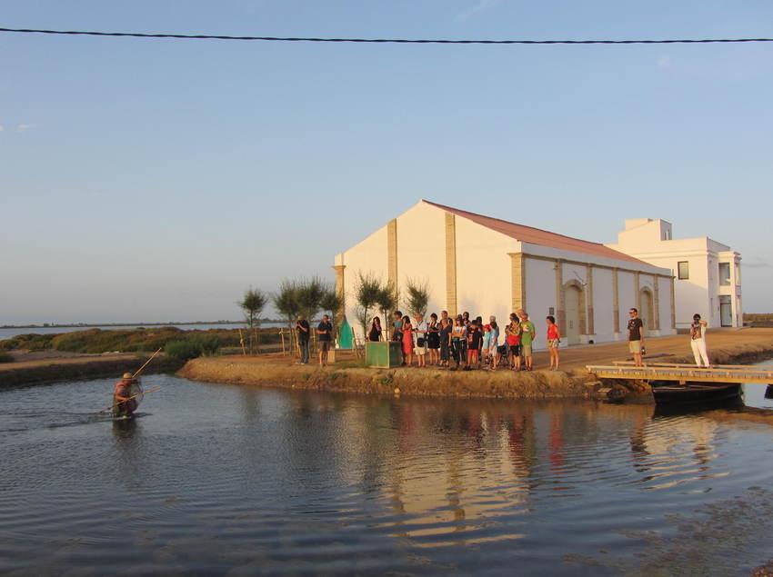 Grup de persones en una activitat de MónNatura Delta de l'Ebre. (Fundació Catalunya-La Pedrera)