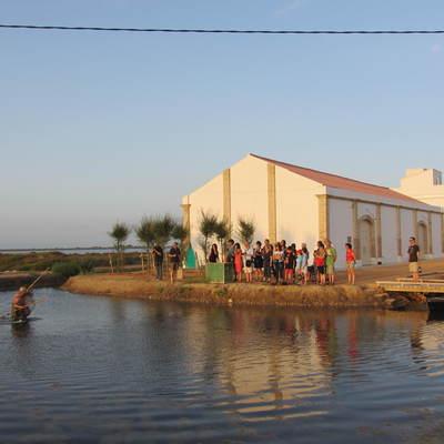 Grupo de personas en una actividad de MónNatura Delta de l'Ebre. (Fundació Catalunya-La Pedrera)
