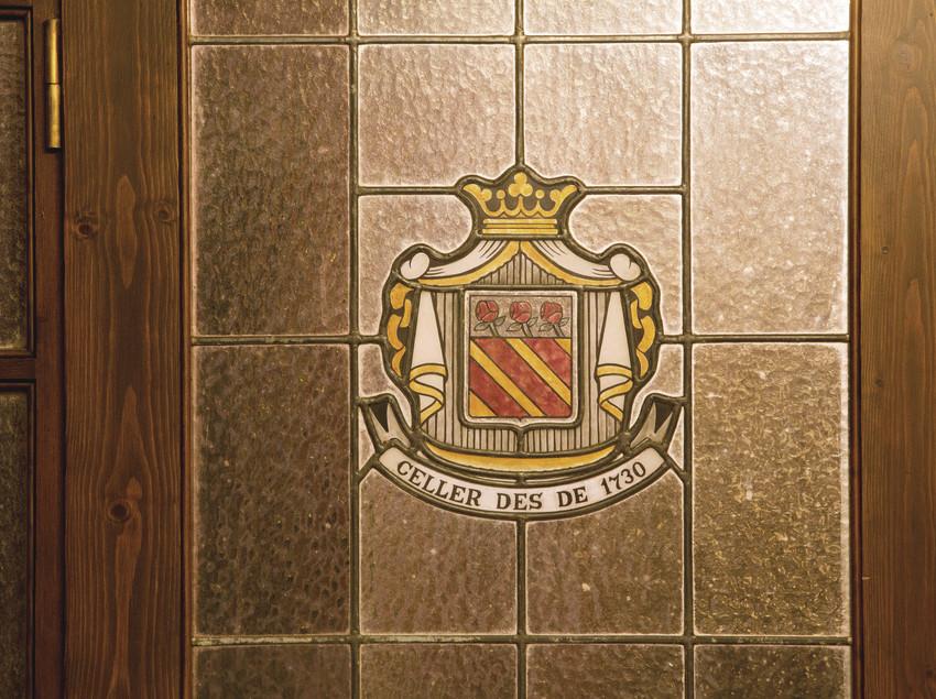 Detalle de la puerta con el escudo de la bodega. (Bodegas Trobat)