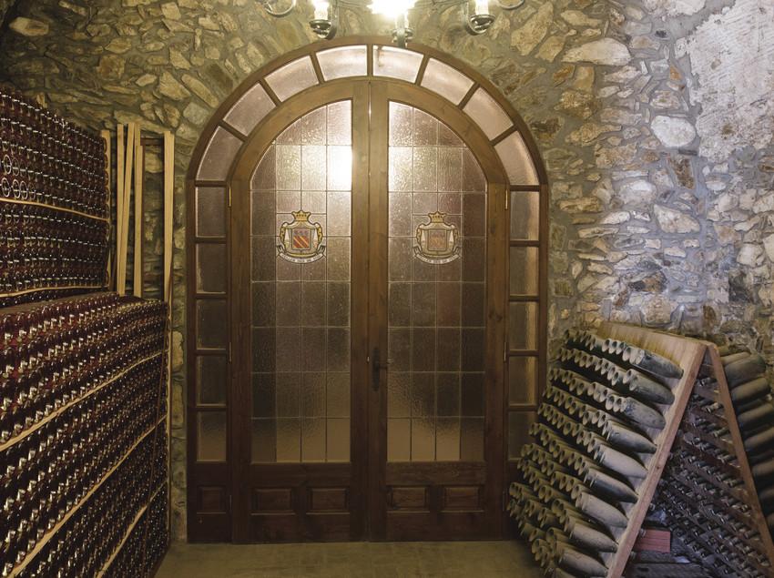 Porta principal amb ampolles apilades als laterals. (Bodegas Trobat)