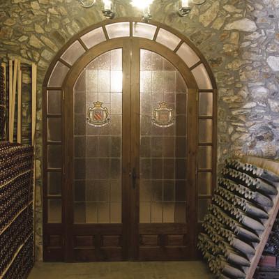 Puerta principal con botellas apiladas en los laterales. (Bodegas Trobat)