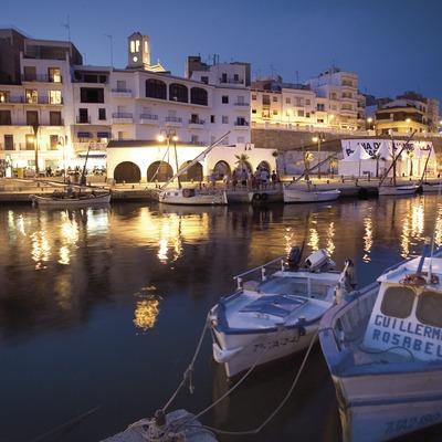 Vista nocturna de la façana marítima de l'Ametlla de Mar