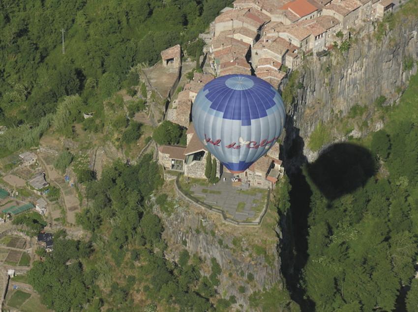 Globo aerostático sobrevolando la localidad de Castellfollit de la Roca, en el Parc Natural de la Garrotxa (Vol de Coloms)