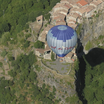 Globus aerostàtic sobrevolant la localitat de Castellfollit de la Roca, al Parc Natural de la Garrotxa (Vol de Coloms)