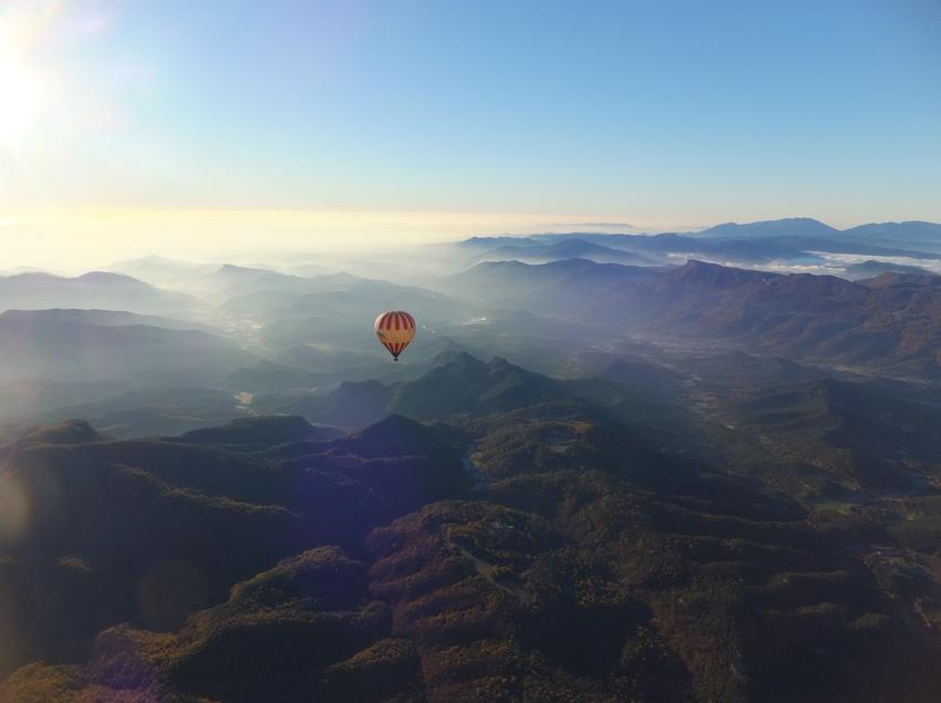 Globo aerostático sobrevolando el Parc Natural de la Garrotxa (Vol de Coloms)