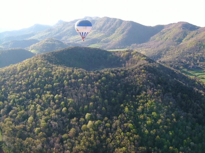 Globo aerostático sobrevolando el volcán de Santa Margarida, en el Parc Natural de la Garrotxa (Vol de Coloms)