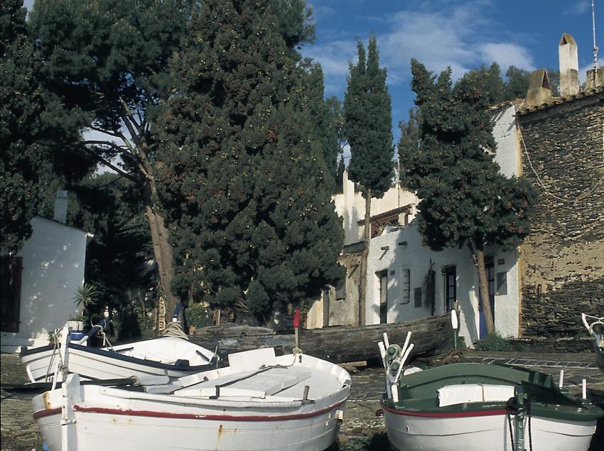 Barcas delante de la Casa-Museo Salvador Dalí en Portlligat  (Turismo Verde S.L.)