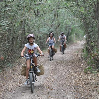 Família pedalejant per camins de l'Alt Empordà amb Burricleta (Burricleta Alt Empordà)