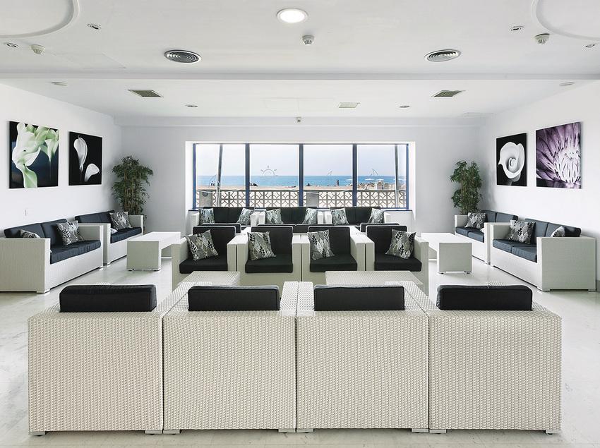 Salón con vistas al mar en el Hotel Tahití Playa.