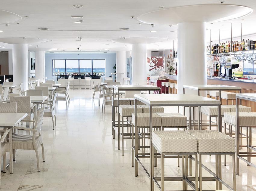 Bar amb vistes al mar a l'Hotel Tahití Playa.