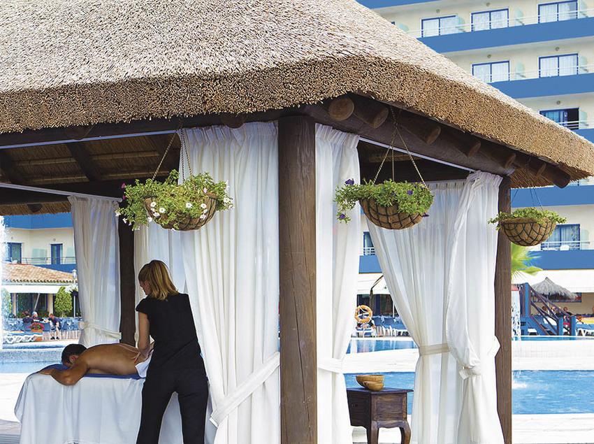 Masaje en el jardín del Hotel Tahití Playa.