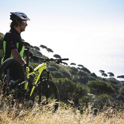 Noi fent una ruta amb bicicleta pels afores de Barcelona.