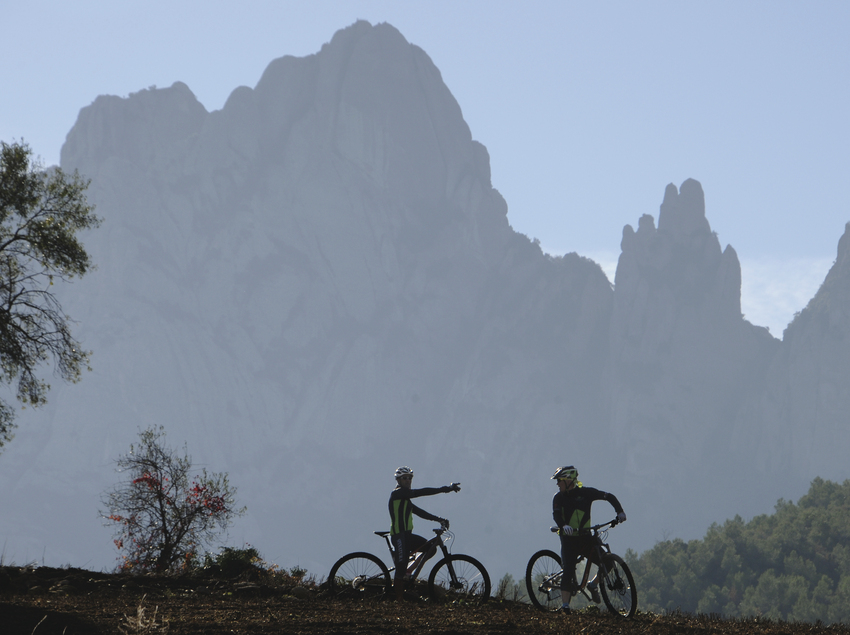 Ruta en bicicleta alrededor del macizo de Montserrat.