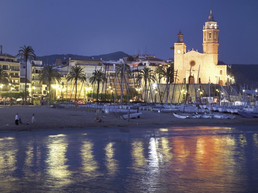 Vista nocturna del passeig de Sitges, feta des del mar.