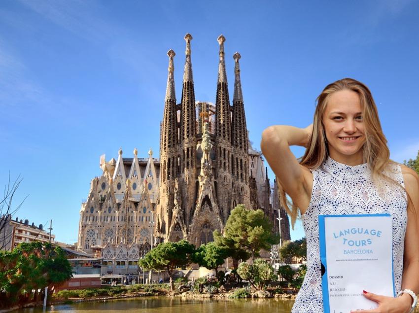Noia davant de la Sagrada Família a Barcelona.