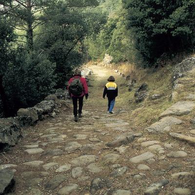 Excursionistas en la vía romana del Capsacosta  (Turismo Verde S.L.)