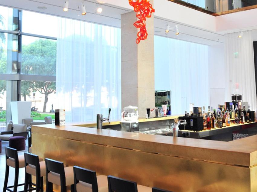 Bar en el vestíbulo del hotel.