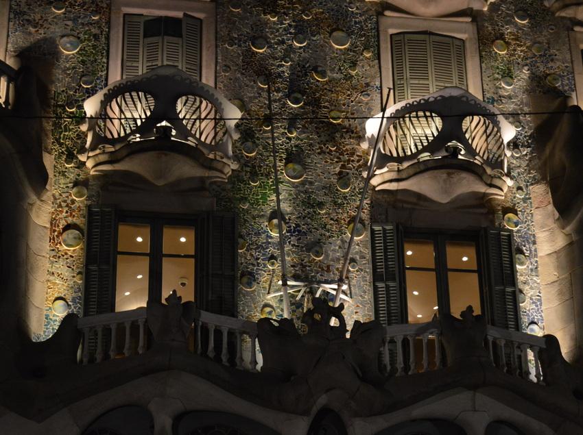 Fachada de la Casa Batlló por la noche.